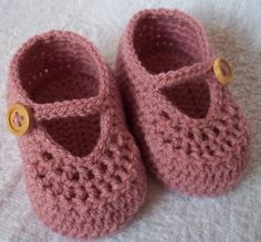 Crochet girl's booties for NB, 0-3M or 3-6M with natural wooden buttons/choose your size and colour