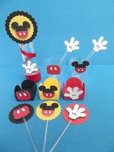 Kit festa Mickey contendo: <br>- 120 forminhas (sendo 40 de cada modelo) <br>- 10 tubetes <br>- 30 copinhos (sendo 15 de cada modelo) <br>- 30 colherzinhas <br>- 60 mini toppers p/ docinho (sendo 20 de cada modelo)