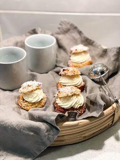 Enkla, snabba och proteinrika semlor utan tillsatt socker. Bullarna kräver ingen jäsning och mandelmassan är både proteinrik och magisk god!! Semlor, Pancakes, Almond, Breakfast, Food, Pastry Chef, Morning Coffee, Essen, Pancake