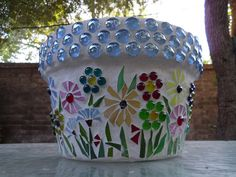 Flower Pot with glass stones and flower mosaic Mosaic Planters, Mosaic Vase, Mosaic Flower Pots, Mosaic Tables, Pebble Mosaic, Clay Pot Projects, Clay Pot Crafts, Mosaic Projects, Mosaic Ideas