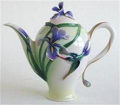 What a beautiful tea pot which incorporates the divinity and the spirituality of the humming bird!