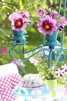 Détournez ce lustre qui ne sert pas et faites en un joli support pour pots de fleurs pour une déco estivale sur la terrasse ou le jardin.
