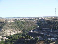 Alcalá del Júcar- al fondo Casas del Cerro