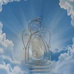 """Anděl ochránce - křišťál Váš anděl ochránce je vyroben drátováním a tepáním z nerezové oceli s křišťálovým """"srdcem"""". Je vhodný jako přívěsek nebo k zavěšení do bytu. Rozměry přívěsku jsou 7,6 x 4,5 cm, rozměr křišťálu 3,6 x 1,8 cm. Křišťál je univerzální a nejúčinnější léčivý krystal na světě. Povzbuzuje psychiku, jasnozřivost, samostatnost, ..."""