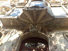 La fachada de Casa Comolat tiene muchas aspectos de naturaleza de piedra pero la región encima de la puerta principal es lo más asombroso. El diseño tiene bordes muy suaves y muchas detales con flores y otra vegetación. Pienso que el estilo de la casa es un poco similar a Casa Batlló, pero tiene más elementos de naturaleza y con más carácter.