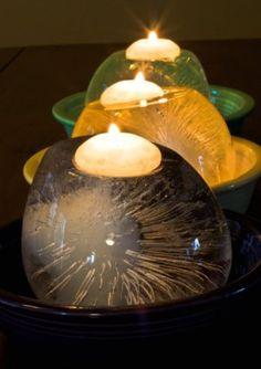 Mettre au congélateur des ballons de baudruche plus ou moins remplis d'eau, pour une jolie déco de boules glacées