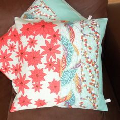 Housse de coussin fleurs du japon, rouge et turquoise, carrée