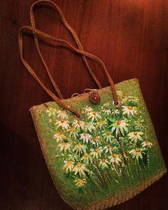 """Túi cỏ bàng Yoko vẽ tay cánh đồng cúc trắng, bên trong lót vải, miệng túi có dây rút, kích thước: 30x30x rộng đáy 15cm. (nhưng mà thần kì là đựng vừa Macbook Air 13"""" luôn nha!) Dây thừng đeo vai chắc chắn. Giá: 495k - đặt hàng 7 ngày."""