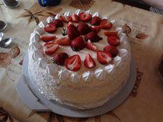 Śmietanowo-truskawkowy tort z bezą.