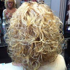 medium blonde perm hairstyle Hairdos For Curly Hair, Curly Perm, Short Permed Hair, Headband Hairstyles, Curly Hair Styles, Pretty Hairstyles, Medium Permed Hairstyles, Modern Hairstyles, Perm Hairstyles
