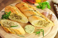 Are you looking for a simple but delicious addition to your lunch or supper meal? This mouth-watering cheesy garlic bread will delight your guests and your family members. Garlic Bread At Home, Homemade Garlic Bread, Cheesy Garlic Bread, Supper Recipes, Snack Recipes, Easy Starters, Food Articles, Food N, Daily Bread