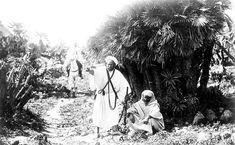 El enemigo a las puertas. Rebeldes rifeños recorriendo los campos cercanos a Melilla en misión de reconocimiento . Agosto de 1921