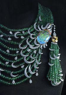2 eme collier saphir jaune coussin de 11carats14, 1 opale de 26.04carats, 1 diamant jaune poire, des boules d'émeraudes et des diamants taille brillant.