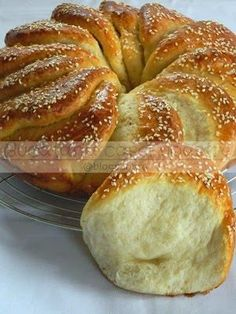 Not in English, but photos for assembling a nice pull apart ring. Pureed Food Recipes, Greek Recipes, Cooking Recipes, The Joy Of Baking, Greek Sweets, Cooking Bread, Greek Cooking, Bread Cake, Bread And Pastries