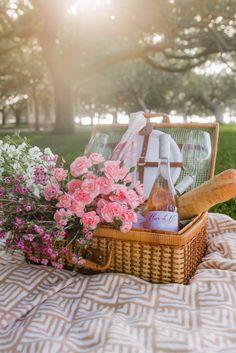 5 steps to a French picnic // Super simple crab dip – Shades of Pinck Picnic Date, Summer Picnic, Comida Picnic, Picnic Photography, French Picnic, Old Bay Seasoning, Crab Dip, Romantic Picnics, Fresh Fruit