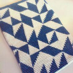 Cool tapestry crochet cover. Modern Crochet, Crochet Home, Diy Crochet, Manta Crochet, Tunisian Crochet, Crochet Chart, Crochet Stitches, Cool Tapestries, Mochila Crochet