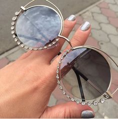 I really want these sunglasses! They are so cute!❤️ Ich will wirklich diese Sonnenbrille! Round Lens Sunglasses, Cute Sunglasses, Sunglasses Women, Sunnies, Glasses Trends, Lunette Style, Mode Lookbook, Fake Glasses, Fashion Eye Glasses