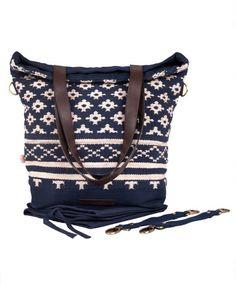 Wickeltasche now & then mara mea. Die handgewebte Wickeltasche ist nicht nur schön sondern auch funktional. Mit ihrem modernen Teppichmuster setzt sie farbenfrohe Akzente im Alltags Outfit. Mit Hilfe der Karabinerhaken ist sie in drei verschieden Varianten tragbar. Als Rucksack, Shopper Bag und Kinderwagentasche ist sie stets ein treuer Begleiter bei Abenteuern mit den Kids. Für stilbewusste Mamas und Frauen. JETZT ENTDECKEN <3