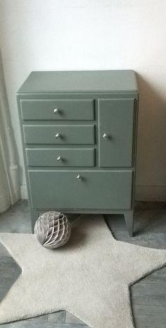 Un petit meuble de rangement vintage et craquant. Des petits tiroirs, une niche à clapet, et un mini placard de quoi ranger tout le petit bazar.