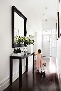 Gallery – 8 Inspiring Entrances and Hallways Declare your style the moment guests arrive by decorating entrances and hallways with thoughtful, personal and practical touches. Entrance Table, House Entrance, Hall Table Decor, Hall Way Decor, Hallway Designs, Hallway Entrance Ideas, Foyer Ideas, Mirror Ideas, Diy Mirror