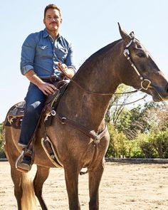 Chris Pratt riding a horse. Chris Pratt, Chris Evans, Christopher Pratt, Zoe Saldana, Star Lord, Ryan Gosling, Elizabeth Olsen, Marvel Comics, Brad Pitt Photos