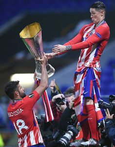 Diego Costa of Atletico Madrid and Fernando Torres of Atletico Madrid celebrate with the trophy after winning the UEFA Europa League Final between Olympique de Marseille and Club Atletico de Madrid at Stade de Lyon on May 2018 in Lyon, France. Fernando Torres Chelsea, Fernando Torres Wife, Ac Milan, Chelsea Wallpapers, Mma, Chelsea Players, At Madrid, Football Photos, Football Wallpaper