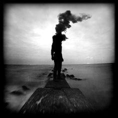 Un artiste obsédé par ses propres cauchemars a eu la brillante idée de leur donner vie. Il a ainsi réalisé une série de photographies surréalistes qui vous feront frissonner de peur. SooCuriousvous présente sa collection d'intrigants c...
