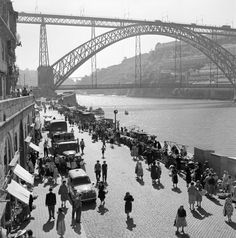 Série cidades. Porto, décadas de 50/60. Porto City, Places In Portugal, Port Wine, Urban Landscape, Sydney Harbour Bridge, Portuguese, Old Photos, Places To Travel, Travel Inspiration