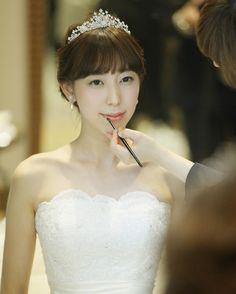 ティアラを着けたブライダルヘアの前髪アレンジ | marry[マリー] Real Weddings, One Shoulder Wedding Dress, Wedding Hairstyles, Wedding Photos, Bride, Wedding Dresses, Hair Styles, Fukuoka, Beautiful