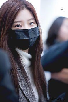 181215 이렇게 봐도 진짜 친쌍동 같애 ~ #김민주 #キムミンジュ #KimMinJu #강혜원 #カンヘウォン #KangHyeWon #IZONE #아이즈원 #アイズワン pic.twitter.com/zVTFO8jLI9 Mask Girl, Reference Images, Korean Girl, Ulzzang, Girl Group, Short Hair Styles, My Style, Youtube, How To Wear