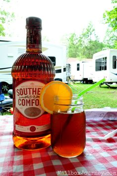 My drink of choice :) Southern Comfort Sweet Tea - 3 tablespoons Southern Comfort, 1 cup Sweet & Sour Mix, 1 cup Sweetened Tea, and a splash of Cola Party Drinks, Cocktail Drinks, Fun Drinks, Alcoholic Drinks, Fun Cocktails, Refreshing Drinks, Summer Drinks, Southern Sweet Tea, Punch