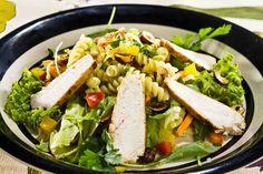 Sałatka z kurczakiem, prażonymi orzechami i makaronem #omnomnom #dinner #mniam #smacznastrona  #salad #chicken #pasta