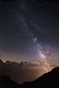 Klare Nacht am Mont Blanc und an seinen Nebengipfeln: Wie Scheinwerfer...