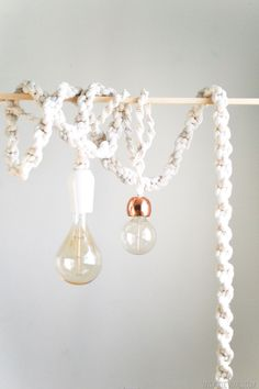 Giant DIY Macrame Rope Lights to add to your fun boho decor Macrame Projects, Diy Projects, Deco Luminaire, Macrame Knots, Macrame Cord, Light Project, Boho Decor, Diys, Weaving