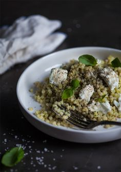 Le couscous israélien est fait de petites perles de pâte. Il a une texture épaisse et une saveur subtile de noisette, puisqu'il est grillé plutôt que séché. Il absorbe les saveurs et est excellent pour faire des salades ou encore accompagner la viande et le poisson.