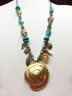 Collar de Turquesas con caracol dorado central.
