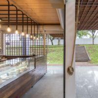 A composição entre materiais e cores diferentes ajuda a criar uma interação vertical para o edifício