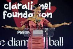 Rihanna anunciou uma iniciativa global para custear os estudos de alunos que já entraram em uma universidade norte-americana. O programa vale para estudantes do Brasil Barbados Cuba Haiti Guiana Jamaica e Estados Unidos.  A quantidade de beneficiados pelo projeto é variável e dependerá da demanda mas a intenção é incluir o maior número possível de jovens. As bolsas de estudo vão variar entre 5 mil dólares e 50 mil dólares e podem ser renovadas por até três anos ou até a conclusão do curso…