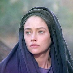Olivia Hussey as Virgin Mary Even if the real Mary probably was olive-skinned (Israel), Olivia was perfect for her innocent look and for embodying Mary's inner beauty and innocence 💖 Zeffirelli Romeo And Juliet, Jesus Movie, Leonard Whiting, Olivia Hussey, Superman Art, Magic Women, Blessed Mother Mary, Olive Skin, Jesus Is Lord