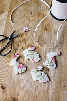 Go wild this Easter! We've curated 63 easy DIY Easter decorations for you. Easter wreaths, centrepieces, or even DIY Easter party ideas, we have everything! Easter Tree Decorations, Easter Wreaths, Easter Arts And Crafts, Spring Crafts, Diy Osterschmuck, Easy Diy, Diy Ostern, Clay Ornaments, Salt Dough