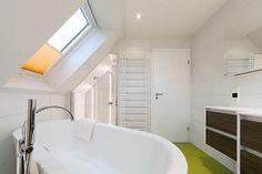 Klassisch: die Badewanne unter der Dachschräge.