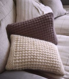 free knitting pattern for a textured scatter cushion Knitted Cushion Pattern, Knitted Cushion Covers, Cushion Cover Pattern, Knitted Cushions, Scatter Cushions, Stocking Stitch Knitting, Knitting Stitches, Free Chunky Knitting Patterns, Free Knitting