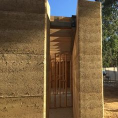 Rammed earth houses: Olnee Constructions' under construction image gallery Rammed Earth Homes, Rammed Earth Wall, Best Interior Design Websites, Interior Design Software, Construction Images, Adobe, Waterfall House, Earthship Home, Magic House