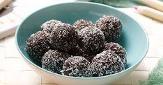50 g pecan nuts; 100 g dates; 50 g ground almonds; 50 g raisin; 15 g cocoa powder; 2 tbsp desiccated coconut