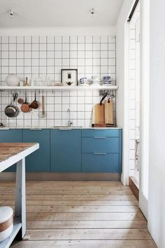 Blue cabinets, white tiles with dark grout Kitchen Tiles, New Kitchen, Kitchen Dining, Kitchen Decor, Kitchen Cupboards, Kitchen Colors, Kitchen Modern, Kitchen Styling, Kitchen Grey