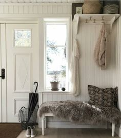 i like the fur rag over the bench and the added storage on the top shelf