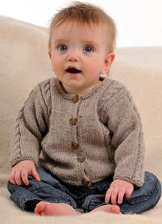 Den meget bløde, strikkede babytrøje har lodrette snoninger på krop og ærmer