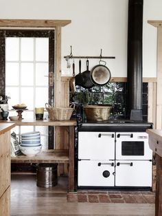 Country kitchen in Australia // Cocina country vintage en Australia // Casa Haus via The Design Files Rustic Kitchen, Kitchen Dining, Kitchen Decor, Kitchen Stove, Kitchen Modern, Rustic Farmhouse, Kitchen Ideas, Bohemian Kitchen, Kitchen Lamps