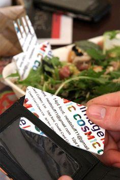 どこでも手軽にフォークとして利用できるカード「The credit card Cutlery」    見た目はカラフルな文字がプリントされたカードですが、半分に折るとフォークのようなギザギザ部分が登場。カトラリーとして利用できる、ユニークなアイテムとなっています。