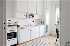 Här hemma renoverar vi med små medel och tar en sak i taget. Vi har en lista på saker som ska göras och tar var sak i tur och ordning. Näst på listan var att måla köksluckorna och nu när jag har li...